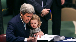 ofreció John Kerry al acudir a la firma con su nieta